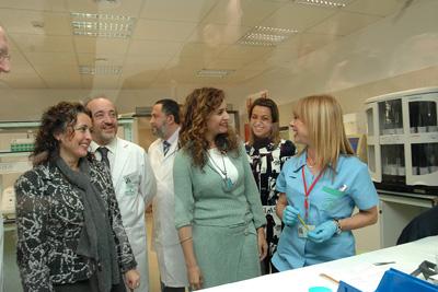 La consejera de Salud conoce el nuevo servicio de Anatomía Patológica del hospital.