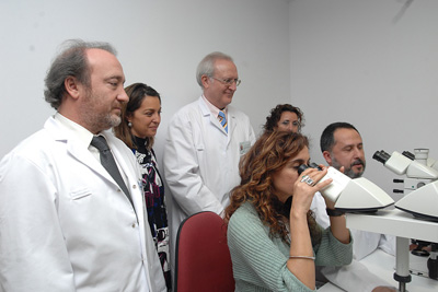 María Jesús Montero observa por el microscopio