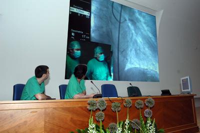 Cardiólogos siguen la retransmisión de la técnica desde el salón de actos del hospital