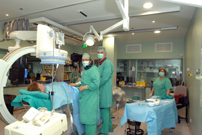 Especialistas del hospital del hospital realizando un cateterismo.