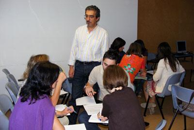 Los alumnos del curso se organizan en grupos para trabajar.