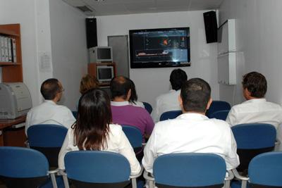 Especialistas observan el desarrollo del taller.