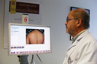 El doctor Moreno estudia con el nuevo equipo los lunares de una paciente.