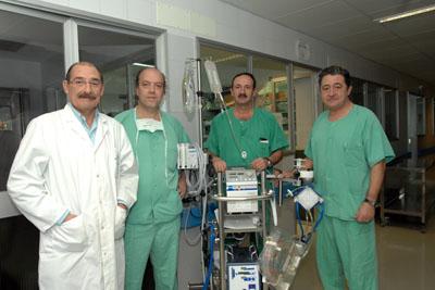 Cirujanos cardiovasculares y perfusionistas del hospital que participan en la aplicación de la técnica.