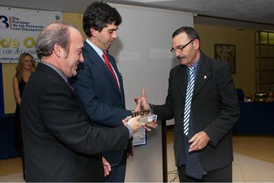 El gerente acompañado por el  coordinador de trasplantes del hospital reciben el FAMM de Oro de manos de José Fenoy, secretario de de la Federación Almeriense de asociaciones de personas con discapacidad.