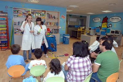 Ciencia Divertida actúa para los niños y sus familiares.