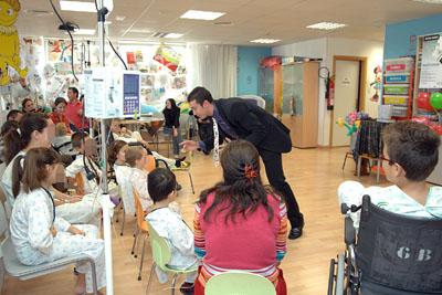 Un momento de la actuación de magia dedicada a los más pequeños