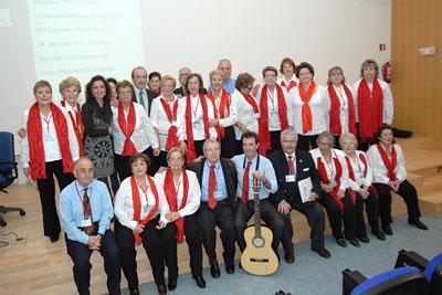 El Coro de la Asociación de Mayores con la delegada de Salud y el gerente del Hospital