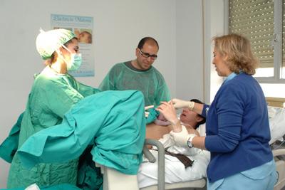 Una matrona residente del Hospital Reina Sofía asiste a una mujer durante el parto
