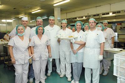 En la imagen, los profesionales del hospital muestran el menú preparado hoy.