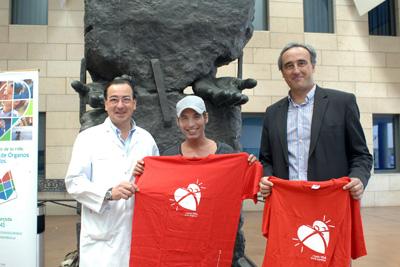 Pitingo acompañado por el coordinador de trasplantes y el director económico administrativo.