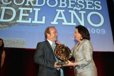 Mar Moreno entrega el premio a José Manuel Aranda.