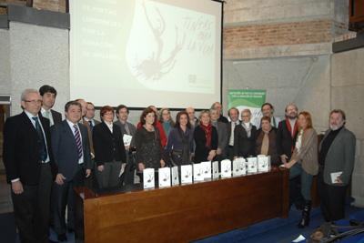 La delegada de Salud, profesionales del hospital, poetas y colectivos de trasplantados asistieron a la presentación del poemario en Madrid.