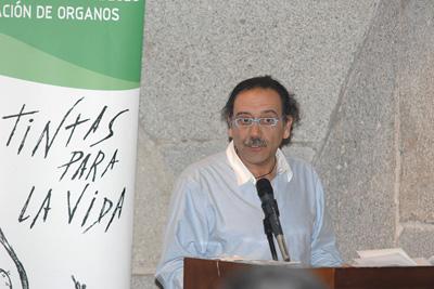 José Luis Checa durante la lectura de su poema