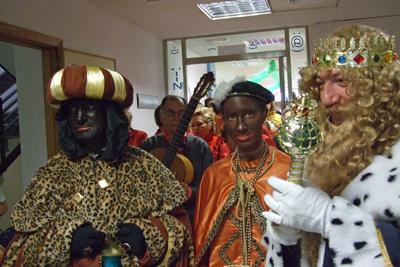 Los Reyes entregan regalos a los niños hospitalizados.