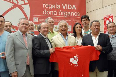 Rafael Ruiz y Antonio Romero, con profesionales del hospital y representantes de hermandades y cofradías.