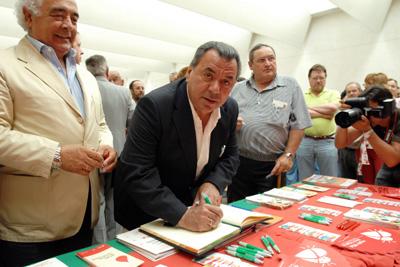 Rafael Ruiz firma en el Libro de Oro de la Coordinación de Trasplantes.