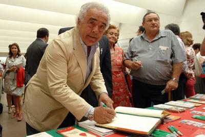 Antonio Romero firma en el Libro de Oro de la Coordinación de Trasplantes.