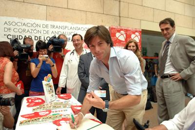 Canales Rivera recibe la tarjeta de donante