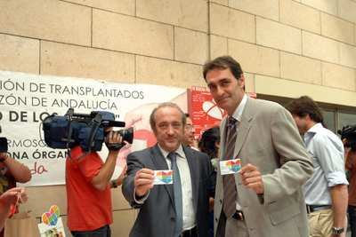 Adolfo Aldana con el gerente del hospital.