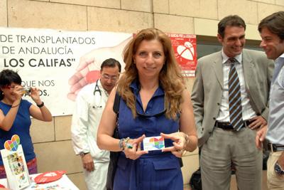 Carmen Santiago tras recibir el carné de donante.