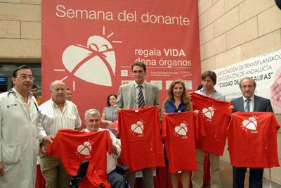 Los invitados posan con la camiseta del donante.