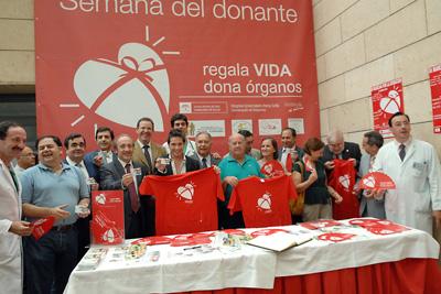 David de María, en el centro, junto a profesionales del hospital, trasplantados y el resto de los invitados el miércoles.