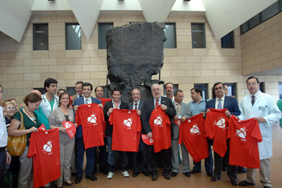 Los invitados del Día del donante posan con la camiseta.