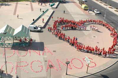 Los participantes dibujaron un corazón con sus siluetas antes de iniciar la marcha