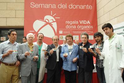 los artistas invitados de hoy muestran el carné de donante que acaban de recibir.