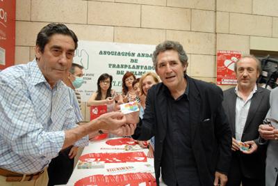 Francisco Pino, trasplantado de pulmón, entrega la tarjeta de donante a Miguel Ríos