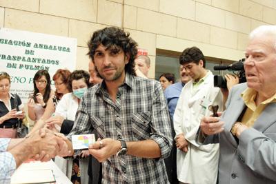 Arcángel recibe su carné de donante.