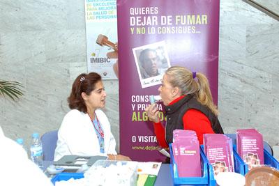 Una enfermera realiza una prueba a una paciente