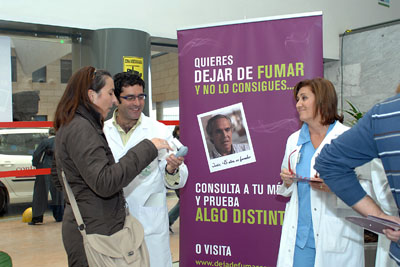 El doctor y la enfermera explican cómo se realiza una de las pruebas