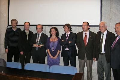 La delegada de Salud, profesionales del hospital y el presidente de la Federación Nacional de Enfermos y Trasplantados Hepáticos tras recibir el premio.