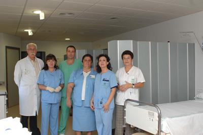 El jefe de servicio de Aparato Digestivo -derecha-, junto a los profesionales de la Unidad de Hemorragias Digestivas