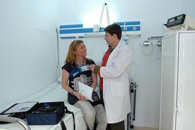 En la foto, un profesional sanitario coloca el dispositivo a una paciente para medir la cantidad y calidad de su sueño.