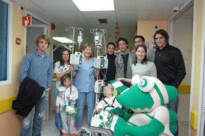 Córdoba CF: Los jugadores del Córdoba Club de Fútbol con niños y profesionales del hospital