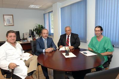 El doctor Morales con el gerente y profesionales del hospital.
