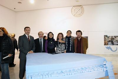 Una de las pacientes, en el centro, junto a representantes de las instituciones y Esteban Ruiz.