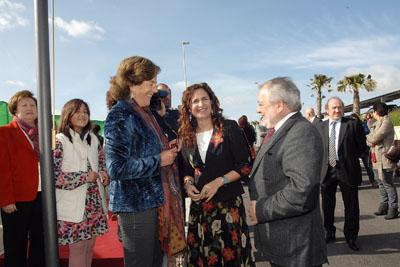 La consejera de Salud, con el alcalde de Córdoba y la viuda del doctor miño