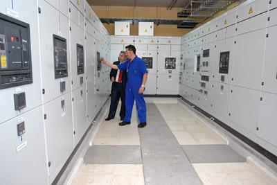 Profesionales del hospital trabajando en él nuevo centro de transformación.