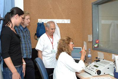 Los profesionales en la consulta de audición.