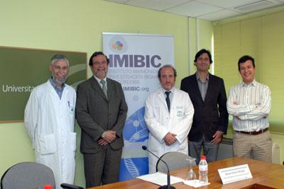 El gerente del hospital, en el centro, junto a responsables del IMIBIC y otros investigadores
