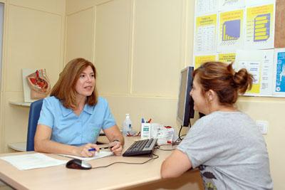 Carmen Jurado atiende a una paciente en su consulta.