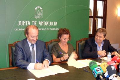 La delegada de Salud junto al gerente del hospital (izquierda) y el presidente de Alcer Córdoba.