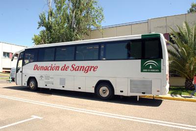El autobús de la donación instalado frente al Edificio de Gobierno.