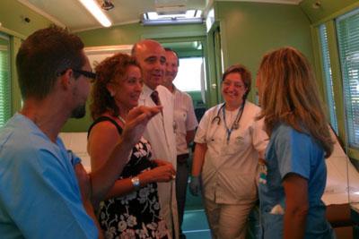La delegada de Salud visita el autobús instalado frente al Edificio de Gobierno.