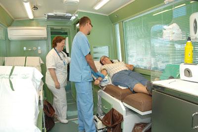 Profesionales sanitarios extraen sangre a una voluntaria.