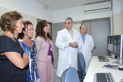 El doctor Vallejo muestra las ventajas del nuevo equipamiento